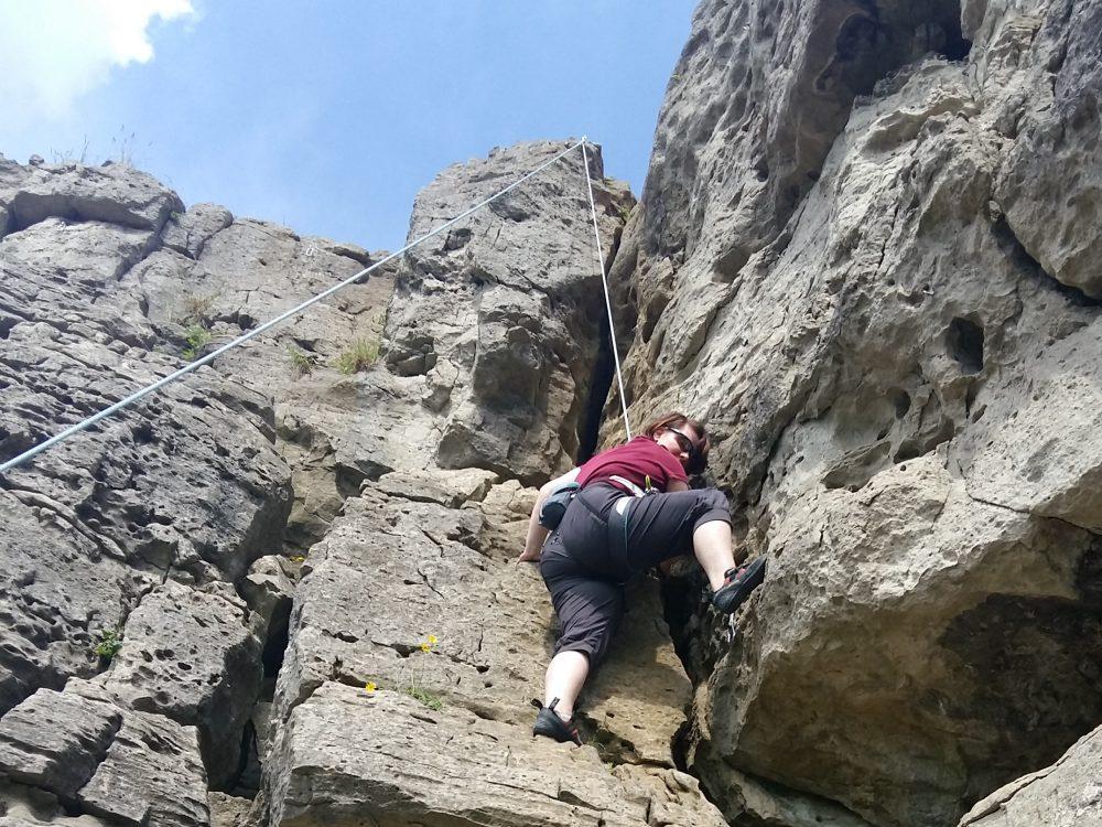 Jasmin erklimmt gesichert eine Felswand - (c) Jasmin Grigutsch